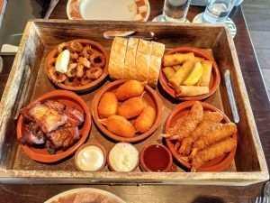 ארוחה מסורתית במסעדה בוולנדם