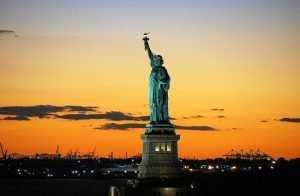 פסל החירות בשעות השקיעה