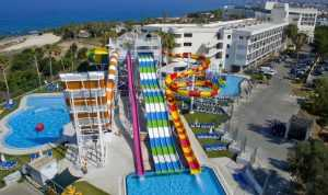 מלון עם מגלשות מים בקפריסין