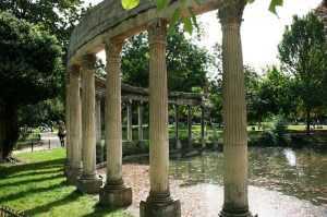 אכסרת העמודים בפארק מונסו בפריז
