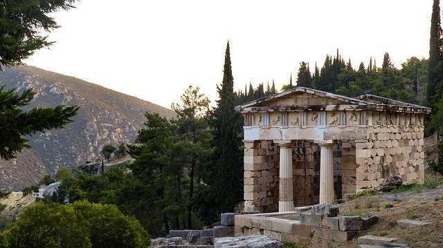 אחד המקדשים בדלפי יוון