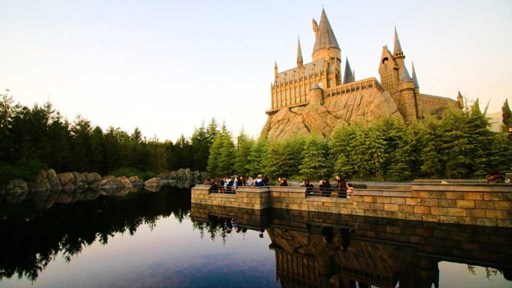 33446664_osaka-japan-dec-02-2017-view-of-hogwarts-castle-at-the-wizarding-world-of-harry-potter-in-universal-studios-japan(1)